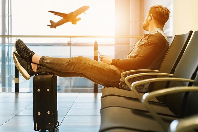 ¿Qué compañía aérea es la que incurre en más retraso de sus vuelos?